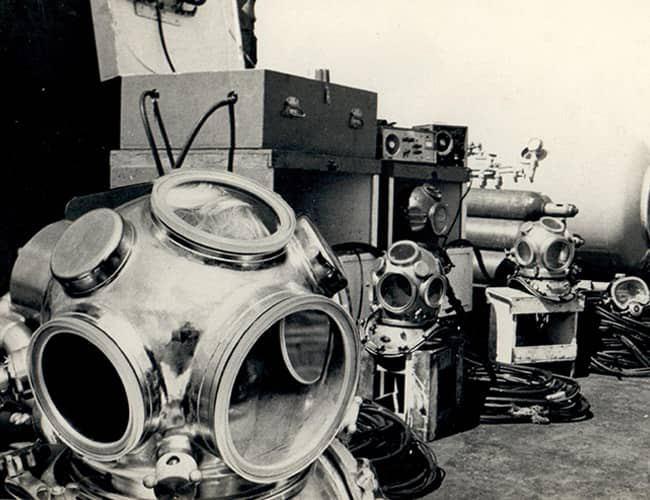 old-diving-helmets-american-marine-corp-hawaii