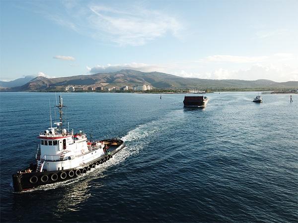 tug-boat-pulling-barge-in-hawaii